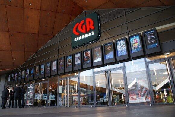 Digital Signage vor dem Eingang an der Kino Kette CGR
