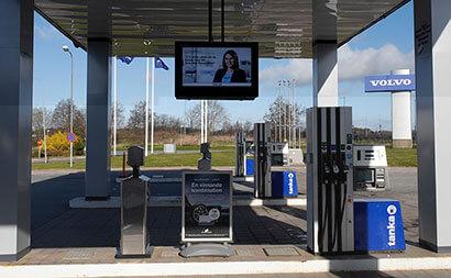 volvo digital signage am Tankstellenvorplatz