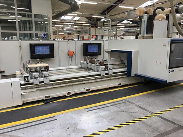 LCD Schutzgehäuse im Einsatz in einem industriellen Produktionsbetrieb