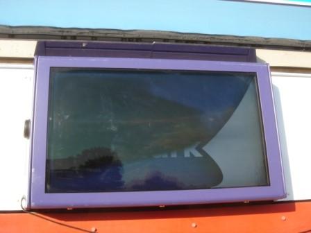 Ein überhitzter Bildschirm schaltet sich einfach aus, wenn der Gehäuseschutz keine Kühlung bereitstellt