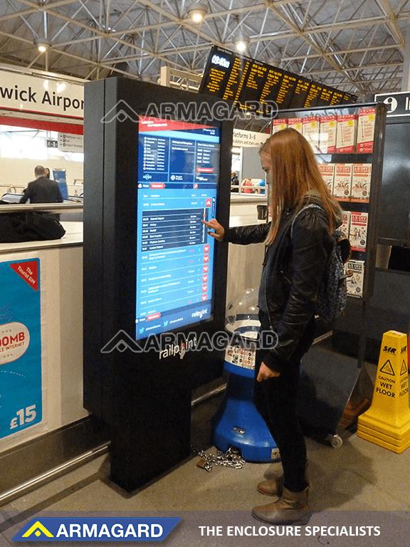 Touchscreen-Digital Signage-Technologie in Aktion am Flughafen Gatwick